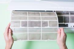 Smutsigt luftkonditioneringsapparatfilter arkivbilder