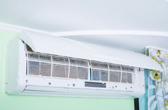 Smutsigt luftkonditioneringsapparatfilter royaltyfri bild