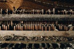 Smutsigt piano - övergiven frimurar- loge - Cleveland, Ohio royaltyfri foto