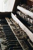 Smutsigt piano - övergiven frimurar- loge - Cleveland, Ohio royaltyfria foton
