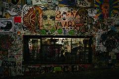 Smutsigt skadat vid grafittibyggnadsväggen royaltyfri foto