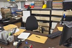 Smutsigt skrivbord för kontor för arbetsrum Arkivbilder