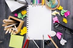 Smutsigt skrivbord med färgrika tillförsel Arkivfoton