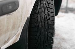 smutsigt snowgummihjul för bil Regnigt väder för snöslask Blöta snö arkivfoto
