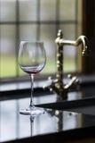 Smutsigt tomt vinexponeringsglas fotografering för bildbyråer