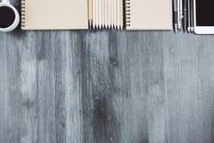 Smutsigt träskrivbord med objekt royaltyfria bilder
