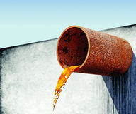 Smutsigt vatten stammar från det rostiga röret i betongvägg Royaltyfri Fotografi