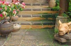 Prydnadwalkway och trappa i trädgård Arkivfoton