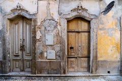 Smyckade rikt dörrar i den gamla staden av Olhao, royaltyfri fotografi