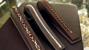 Smycken, armbandet med diamanter, ädelmetaller och stenar som vänds in i till salu smycken, smyckenlagret, juvlar marknadsför - lager videofilmer