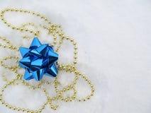 Smycken för garnering på snö Arkivbild