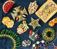 Smycken för kvinna` s Lyxig smyckenbakgrund för tappning Härliga bergkristallbroscher och örhängen på blå sammetbakgrund fla royaltyfri fotografi