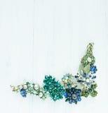 Smycken för kvinna` s Tappningsmyckenbakgrund Härlig ljus bergkristallbrosch, halsband och örhängen på vitt trä Lekmanna- lägenhe royaltyfri fotografi