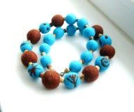 Smycken från handgjorda felted pärlor Arkivfoto
