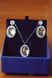 Smycken i blå ask Arkivbilder