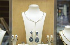 Smycken i ett shoppafönster Arkivbilder