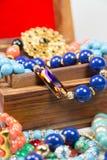 Smycken i träask arkivfoton