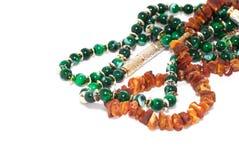 Smycken med bärnsten och smaragden Arkivfoto