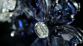 Smycken med mörker - blå safir stock video