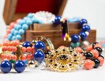 Smycken med träasken royaltyfri foto