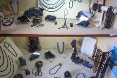 Smycken och gåvor av ädelstenar i gallerit av kristaller arkivbild