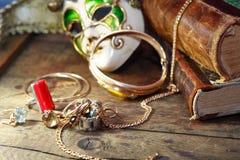 Smycken och maskering arkivbild