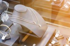 Smycken shoppar fönsterskärm fotografering för bildbyråer