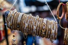 Smycken som armringen, att g? i ax och m?nga mer av guld i marknad arkivfoto