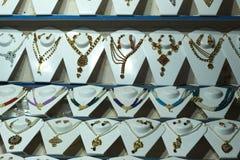 Smycken som dekoreras i ett lager royaltyfria foton