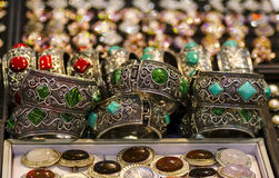 Smyckenarmbandörhängen ringer pärlor och naturliga stenar Royaltyfria Foton