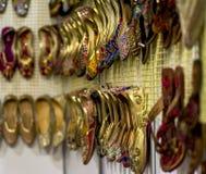 Smyckenarmbandörhängen ringer pärlor och naturliga stenar Royaltyfria Bilder
