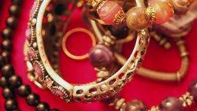 Smyckenarmband och halsband på tabellen