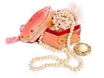 Smyckenask med en pärlemorfärg halsband som isoleras på vit bakgrund Royaltyfri Bild