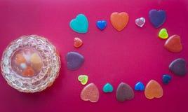 Smyckenask med hjärtor och hjärtor på en mörk rosa bakgrund Va Royaltyfria Bilder
