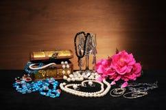 Smyckenask och blommor Arkivbilder