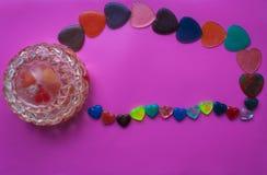 Smyckenask och hjärtor på rosa färg-lilor bakgrund Valentin` s Da Royaltyfri Fotografi