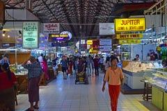 Smyckenavsnittet med överflöd av shoppar & den inre Bogyoke Aung San för folkmassan marknaden Arkivfoton