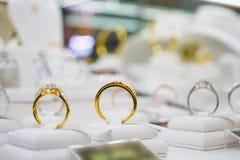 Smyckendiamantcirklar och halsband visar i lyxig detaljist Royaltyfri Bild