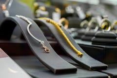 Smyckendiamanten shoppar med armbandcirklar och halsband Royaltyfria Bilder