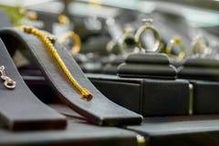 Smyckendiamanten shoppar med armbandcirklar och halsband Arkivfoto