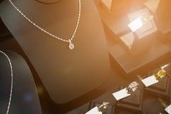 Smyckendiamanten shoppar med cirklar och halsband Fotografering för Bildbyråer