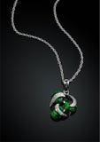 Smyckenhänge med den gröna smaragden på darckbakgrund Royaltyfri Bild