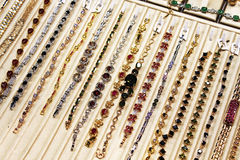 Smyckenhalsband och armband stänger sig upp Fotografering för Bildbyråer