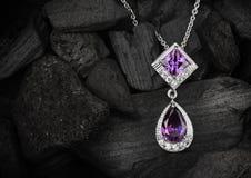 Smyckenhänge med ädelstenametist på mörk kolbakgrund, snut Royaltyfria Bilder