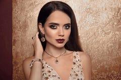 Smyckenmode Kvinna i lyxiga juvlar Kvinnlig modell Wi för glamour arkivfoto