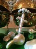 Smyckenskärm av lösa Nucleated Kasumi pärlor & den pärlemorfärg hantverkarehalsbandet för blåsa arkivfoto