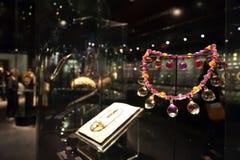 Smyckenutställning på Williamen och Judith Bollinger Gallery i Victoria och Albert Museum Royaltyfri Fotografi