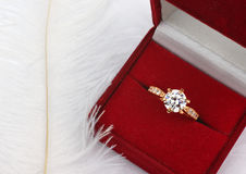 Smyckenvigselring med diamanten i gåvaask på vit Arkivbild