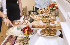 Snäcke auf dem Tisch am Buffet, Lebensmittel lizenzfreie stockfotos