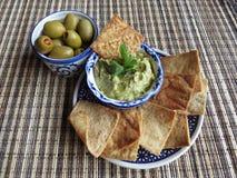 Snäcke mit Oliven und hummus Stockfoto
